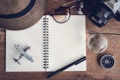 Accesorios y artículos del ` s del viajero con el espacio del cuaderno y de la copia Fotografía de archivo libre de regalías
