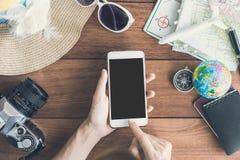 Accesorios y artículos del ` s del viajero con el teléfono móvil Imágenes de archivo libres de regalías