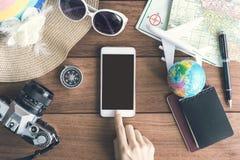 Accesorios y artículos del ` s del viajero con el teléfono móvil Foto de archivo libre de regalías