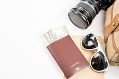 Accesorios y artículos del ` s del viajero en blanco Imágenes de archivo libres de regalías