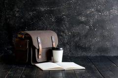 Accesorios y artículos del ` s del viajero en la madera Fotografía de archivo