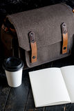 Accesorios y artículos del ` s del viajero en la madera Fotos de archivo