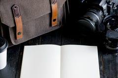 Accesorios y artículos del ` s del viajero en la madera Foto de archivo libre de regalías