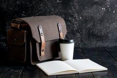 Accesorios y artículos del ` s del viajero en la madera Imagen de archivo libre de regalías