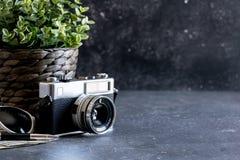 Accesorios y artículos del ` s del viajero en la madera negra Foto de archivo