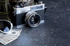 Accesorios y artículos del ` s del viajero en la madera negra Imágenes de archivo libres de regalías
