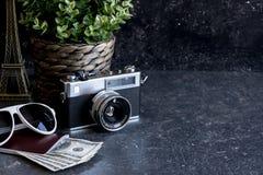 Accesorios y artículos del ` s del viajero en la madera negra Foto de archivo libre de regalías