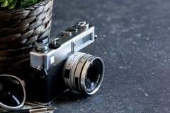 Accesorios y artículos del ` s del viajero en la madera negra Fotos de archivo