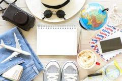 Accesorios y artículos del ` s del viajero con el espacio de la copia en el fondo de madera blanco, concepto del viaje Fotografía de archivo libre de regalías