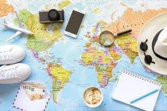 Accesorios y artículos del ` s del viajero con el espacio de la copia en el fondo del mapa del mundo, viaje por concepto del aero Foto de archivo libre de regalías