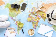 Accesorios y artículos del ` s del viajero con el espacio de la copia en el fondo del mapa del mundo, viaje por concepto del aero Imagen de archivo