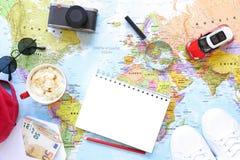 Accesorios y artículos del ` s del viajero con el espacio de la copia en el fondo del mapa del mundo, viaje por concepto del coch Fotografía de archivo libre de regalías