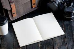 Accesorios y artículos del ` s del viajero en la madera Fotos de archivo libres de regalías