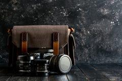 Accesorios y artículos del ` s del viajero en la madera Imagenes de archivo