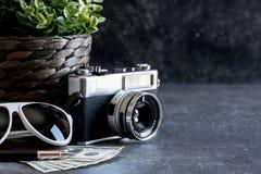 Accesorios y artículos del ` s del viajero en la madera negra Imagen de archivo