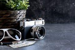 Accesorios y artículos del ` s del viajero en la madera negra Imagen de archivo libre de regalías