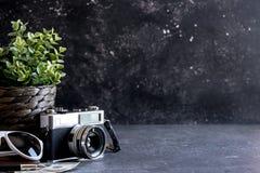 Accesorios y artículos del ` s del viajero en la madera negra Fotos de archivo libres de regalías
