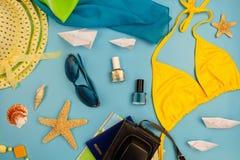 Accesorios y artículos del verano para el viaje en un fondo azul Fotos de archivo libres de regalías
