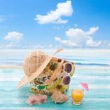 Accesorios y bebida de la playa Vacaciones tropicales encendido Imagenes de archivo