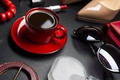 Accesorios y café de la mujer Imágenes de archivo libres de regalías