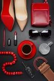 Accesorios y café de la mujer Fotografía de archivo libre de regalías