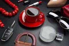 Accesorios y café de las mujeres Fotos de archivo libres de regalías