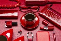 Accesorios y café rojos de la mujer Fotos de archivo libres de regalías