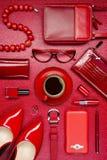 Accesorios y café rojos de la mujer Imágenes de archivo libres de regalías