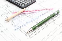 Accesorios y calculadora del dibujo en plan de la vivienda Foto de archivo