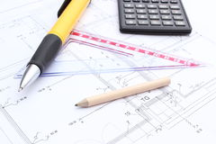Accesorios y calculadora del dibujo en plan de la vivienda Imagen de archivo