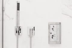 Accesorios y colocaciones modernos de cuarto de baño Fotos de archivo