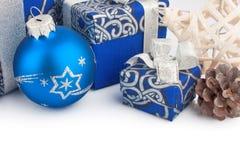Accesorios y cono de la Navidad en azul Fotos de archivo