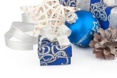 Accesorios y cono de la Navidad en azul Fotografía de archivo