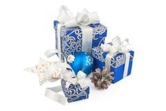 Accesorios y cono de la Navidad en azul Foto de archivo libre de regalías