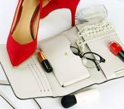 Accesorios y cosméticos elegantes de moda femeninos Imágenes de archivo libres de regalías