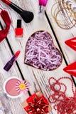 Accesorios y cosméticos en la madera Imagen de archivo libre de regalías