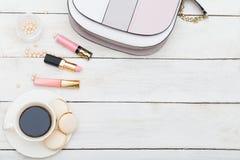 Accesorios y cosméticos femeninos en un fondo de madera blanco Imágenes de archivo libres de regalías
