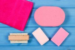 Accesorios y cosméticos para la higiene personal en cuarto de baño, concepto de cuidado del cuerpo Fotos de archivo