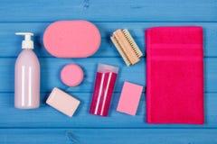 Accesorios y cosméticos para la higiene personal en cuarto de baño, concepto de cuidado del cuerpo Imagenes de archivo