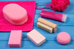 Accesorios y cosméticos para la higiene personal en cuarto de baño, concepto de cuidado del cuerpo Fotografía de archivo