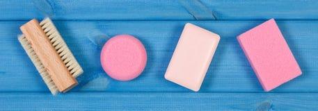 Accesorios y cosméticos para la higiene personal en cuarto de baño, concepto de cuidado del cuerpo Fotos de archivo libres de regalías