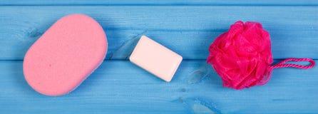 Accesorios y cosméticos para la higiene personal en cuarto de baño, concepto de cuidado del cuerpo Foto de archivo