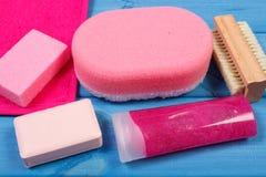 Accesorios y cosméticos para la higiene personal en cuarto de baño, concepto de cuidado del cuerpo Imagen de archivo libre de regalías
