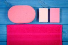 Accesorios y cosméticos para la higiene personal en cuarto de baño, concepto del cuidado del cuerpo, espacio de la copia para el  Foto de archivo