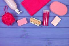 Accesorios y cosméticos para la higiene personal en cuarto de baño, concepto del cuidado del cuerpo, espacio de la copia para el  Foto de archivo libre de regalías