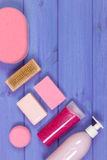 Accesorios y cosméticos para la higiene personal en cuarto de baño, concepto del cuidado del cuerpo, espacio de la copia para el  Imágenes de archivo libres de regalías