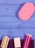 Accesorios y cosméticos para la higiene personal en cuarto de baño, concepto del cuidado del cuerpo, espacio de la copia para el  Fotografía de archivo