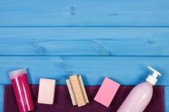 Accesorios y cosméticos para la higiene personal en cuarto de baño, concepto del cuidado del cuerpo, espacio de la copia para el  Imagen de archivo libre de regalías