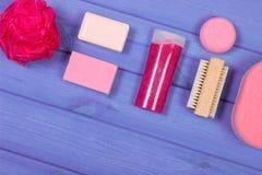 Accesorios y cosméticos para la higiene personal en cuarto de baño, concepto del cuidado del cuerpo, espacio de la copia para el  Fotos de archivo libres de regalías