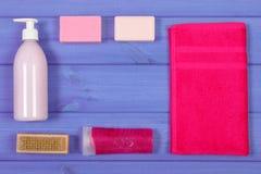 Accesorios y cosméticos para la higiene personal en cuarto de baño, concepto del cuidado del cuerpo, espacio de la copia para el  Fotografía de archivo libre de regalías